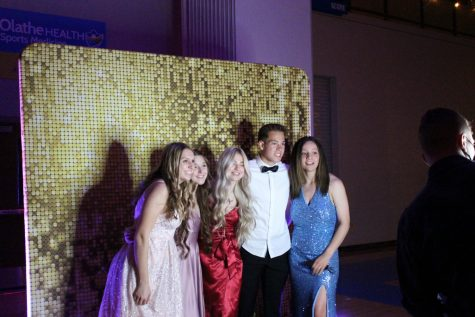 Haley Hahn, Maya Freeman, Angelina McConnell, Gavin Krenecki, and Riley Ervin all take a picture together at the photo booth at prom.